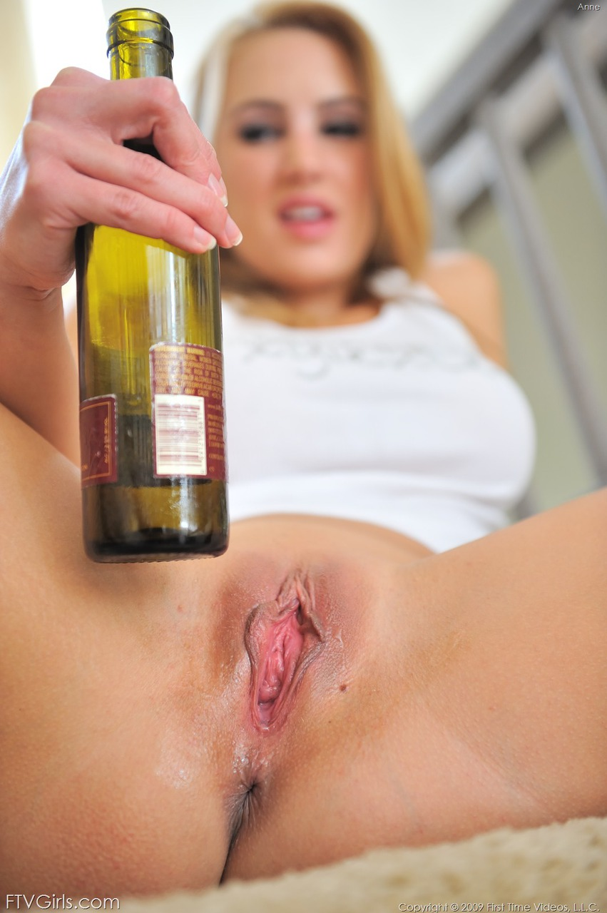 Wine bottle with naked girl — pic 3